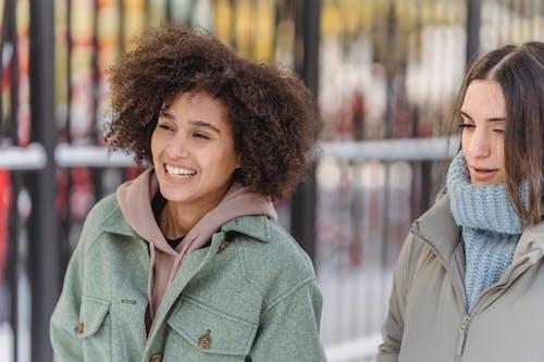 Người Phụ Nữ Mỉm Cười Trong Chiếc áo Khoác Màu Xanh Lá Cây