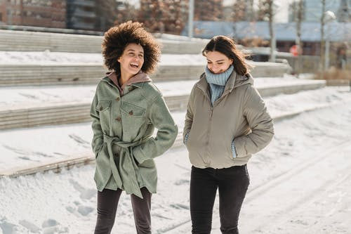 Mujer De Abrigo Gris De Pie Sobre Un Terreno Cubierto De Nieve