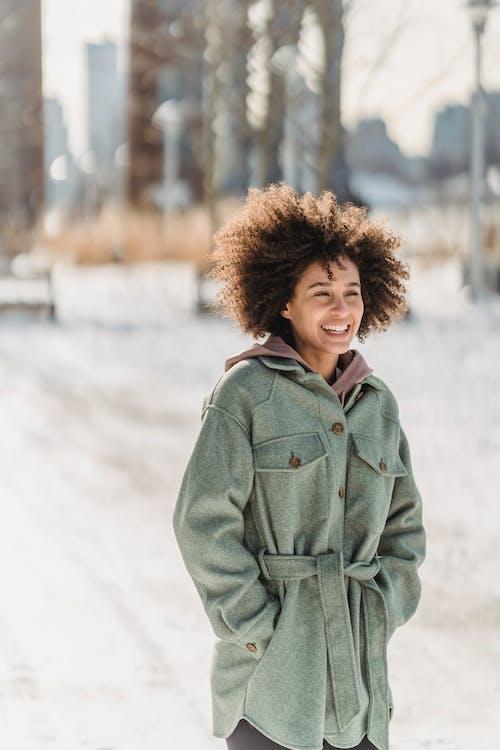 Frau Im Grauen Mantel, Der Auf Schneebedecktem Boden Steht
