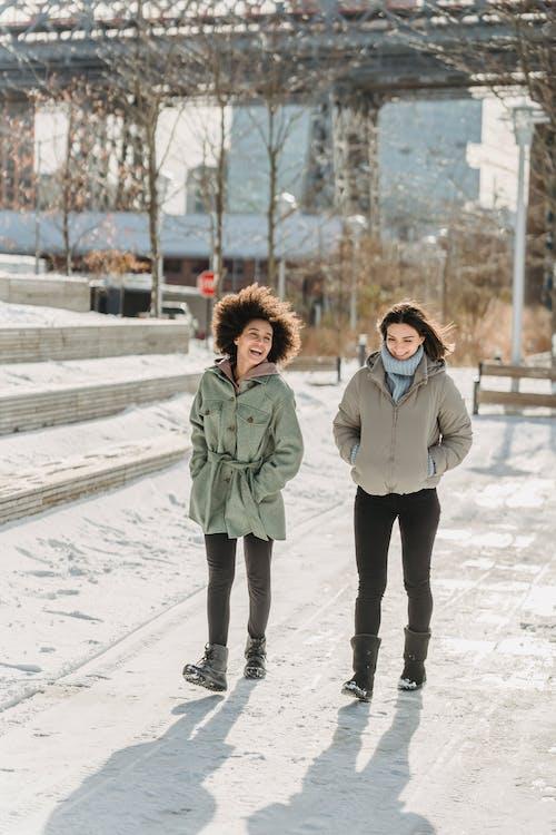 Frau In Der Weißen Jacke, Die Auf Schneebedecktem Boden Steht