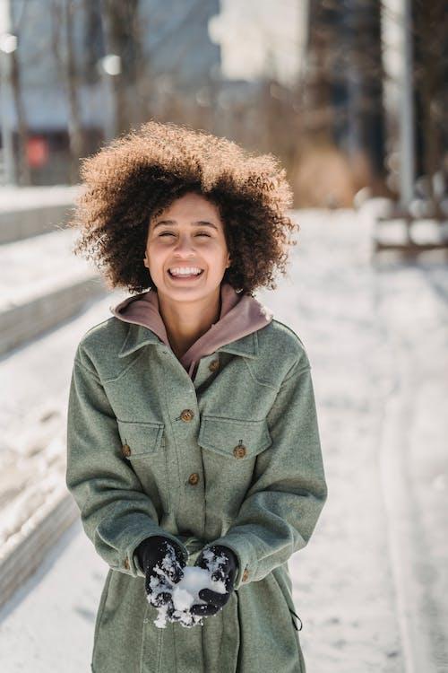 Frau In Der Blauen Jeansjacke, Die Lächelt