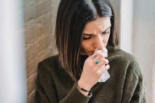 Frau Im Grauen Pullover, Der Ihr Gesicht Hält
