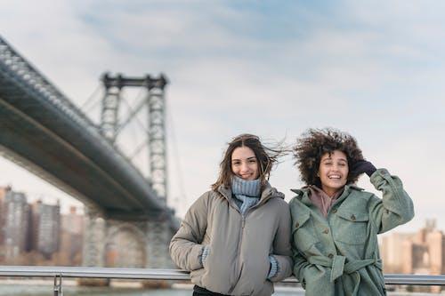 Mann Und Frau Sitzen Auf Der Brücke