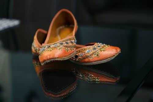 Sepatu Kulit Bunga Coklat Dan Putih