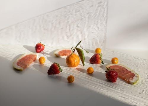 白色的木桌上的紅草莓