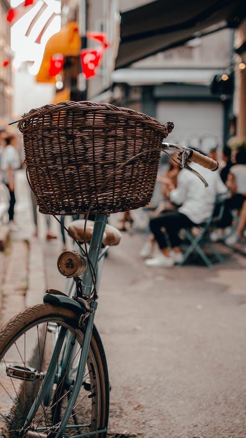 Panier Tissé Marron Sur Vélo