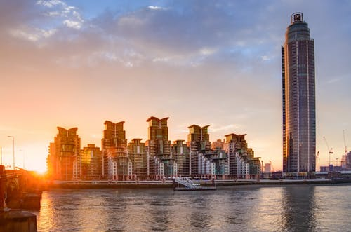 Бесплатное стоковое фото с архитектура, вода, восход, горизонт