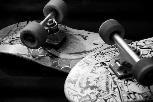 Δωρεάν στοκ φωτογραφιών με skateboards, ασπρόμαυρο, κλίμακα του γκρι