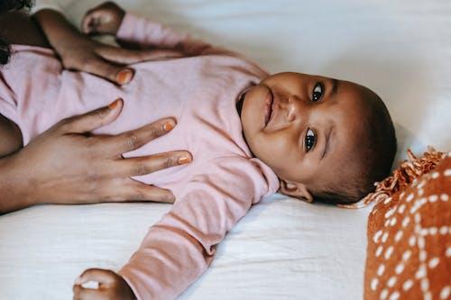 Baby In Roze Shirt Met Lange Mouwen Liggend Op Wit Bed