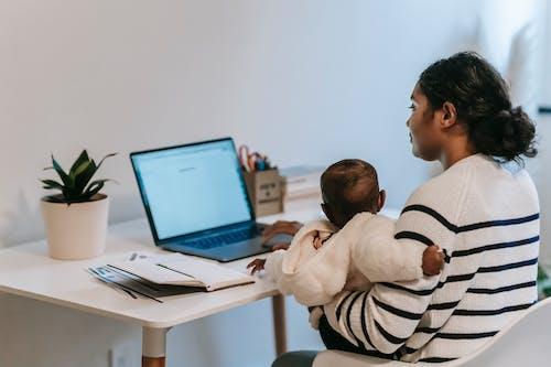 Безкоштовне стокове фото на тему «багатозадачність, батьки, батьківство»