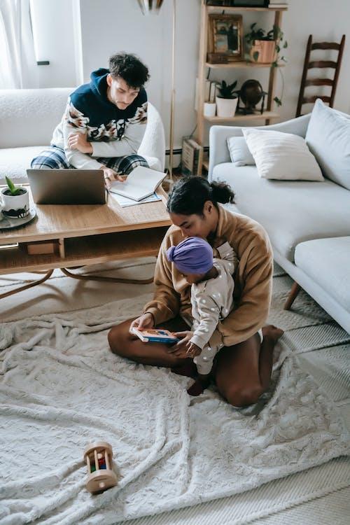 Kostenloses Stock Foto zu afroamerikaner-frau, afroamerikanisches baby, arbeit