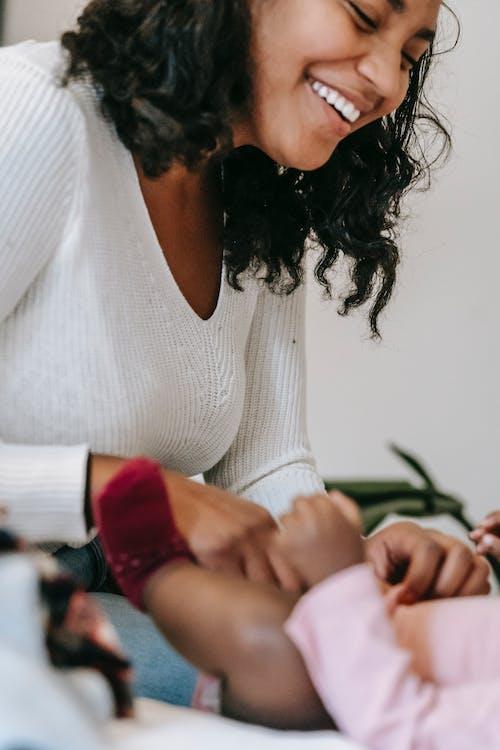 Kostenloses Stock Foto zu afroamerikaner-frau, afroamerikanisches baby, anonym