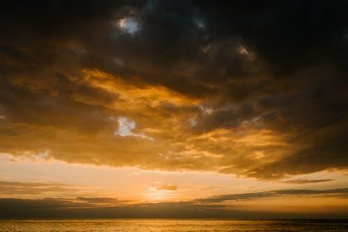 Immagine gratuita di alba, cieli nuvolosi, cielo drammatico