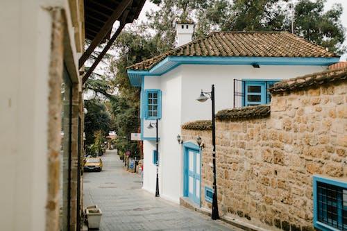 Niebieski I Biały Betonowy Budynek