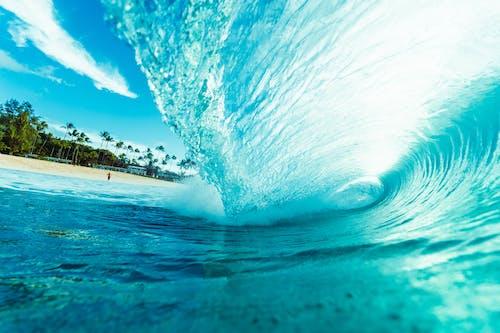Olas Del Océano Azul Bajo El Cielo Azul