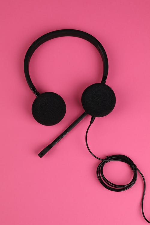 Auriculares Con Cable Negro Sobre Superficie Rosa