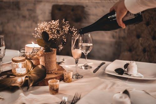 Person, Die Wein Auf Weinglas Gießt
