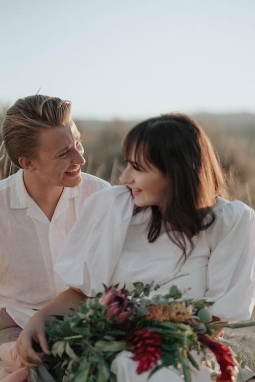白いドレスシャツの男白いドレスシャツの女性にキス