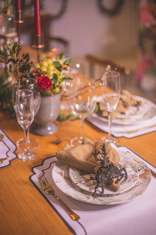 Gratis arkivbilde med bestikk, blomstrer, bord