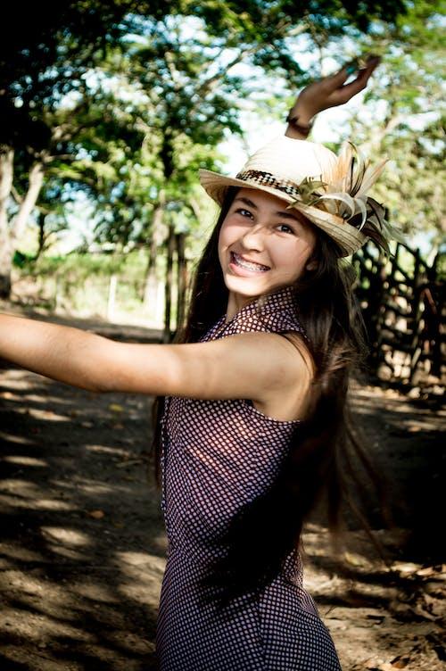 Foto profissional grátis de atraente, bonitinho, garota, jovem