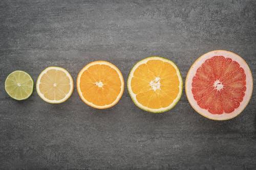 黒のテキスタイルにスライスしたオレンジフルーツ