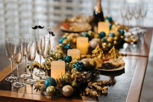 Foto d'estoc gratuïta de boles de nadal, copes de vi, decoració