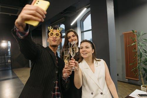 Fotos de stock gratuitas de amigos, Año nuevo, autofoto grupal
