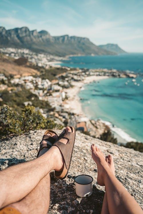 Бесплатное стоковое фото с активный отдых, босые ноги, влюбленная пара