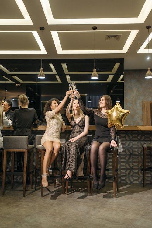 Бесплатное стоковое фото с алкогольные напитки, бар, барная стойка