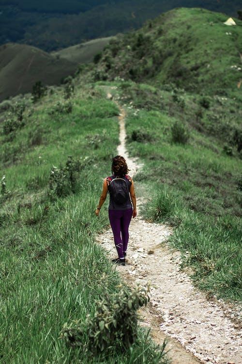 Menina De Jaqueta Roxa Caminhando Na Estrada De Terra