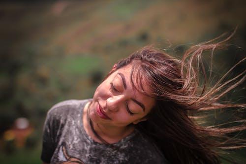 Foto profissional grátis de cabelo, cabelo ao vento, garota, menina