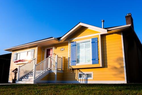 Gratis lagerfoto af balkon, blå himmel, byggeri