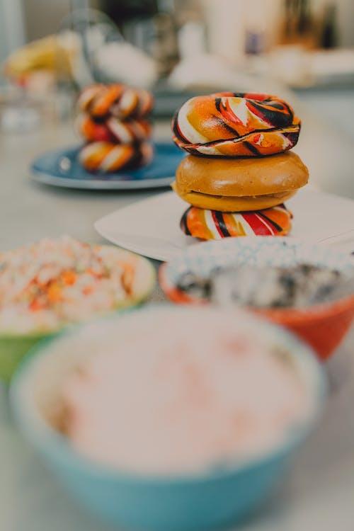 白色陶瓷板上的棕色和白色糕点