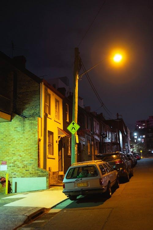 Gratis lagerfoto af aften, bil, by, bygning