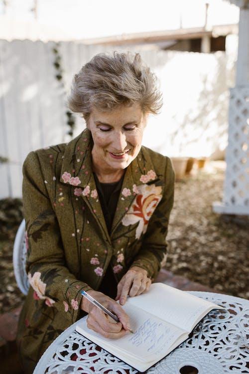 Ingyenes stockfotó függőleges, idős asszony, idősebb témában