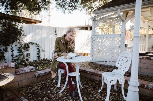 3C用品, 坐, 女人 的 免费素材图片