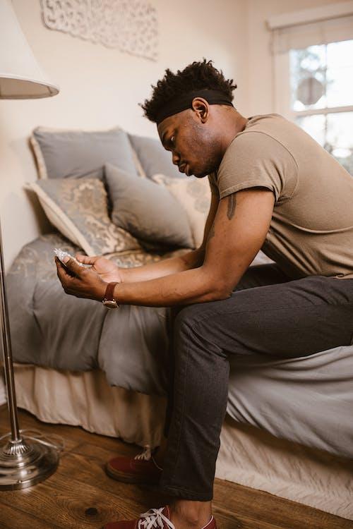 Gratis stockfoto met Afro-Amerikaans, bed, binnen