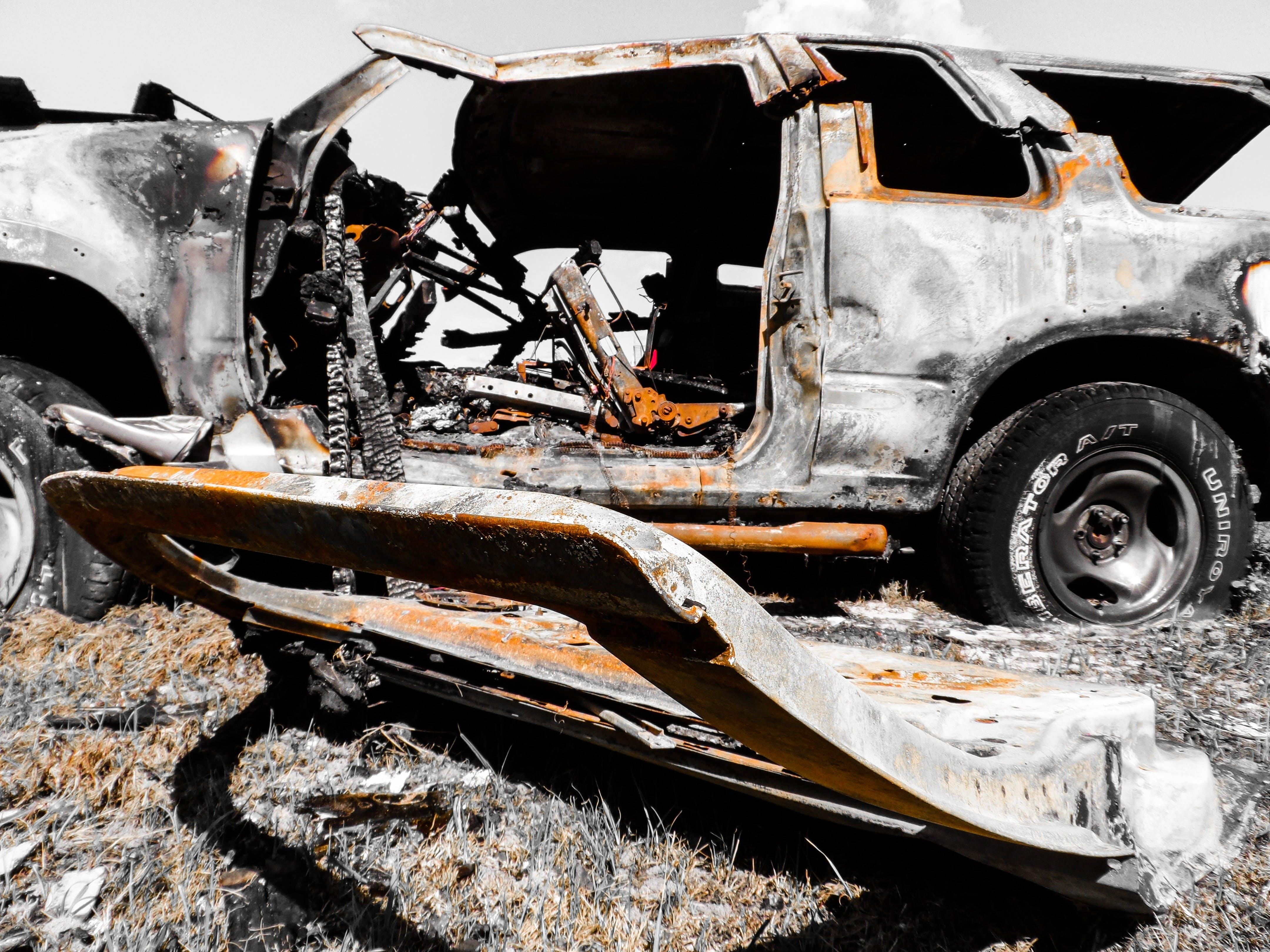 Kostenloses Stock Foto zu fahrzeug, rostig, verbrannt, verlassen