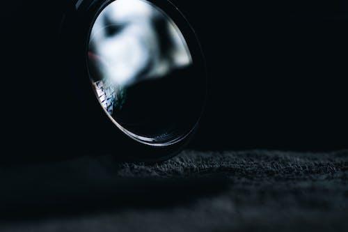 Schwarzes Rundes Kameraobjektiv Auf Schwarzweiss Textil