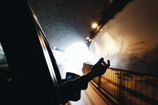 Kostenloses Stock Foto zu person, hand, auto, tunnel