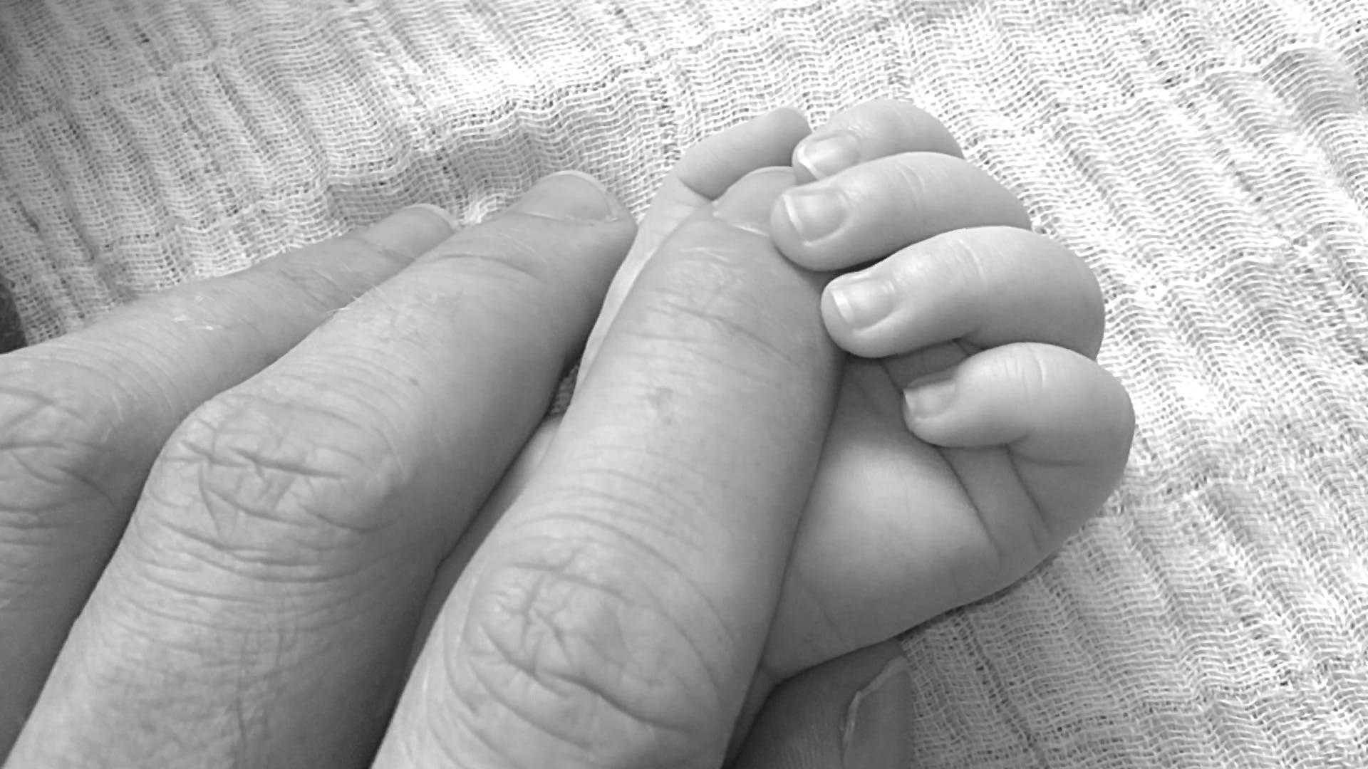 Foto d'estoc gratuïta de amor, bebè, blanc i negre, de la mà