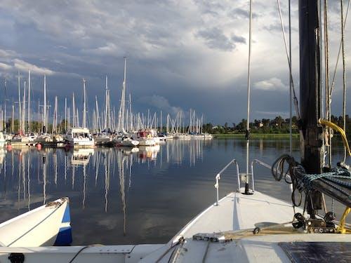 Fotobanka sbezplatnými fotkami na tému člny, leto, námorný prístav, obloha pokrytá oblakmi