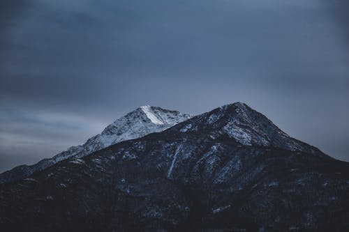 Sneeuw Bedekte Berg Onder Grijze Lucht