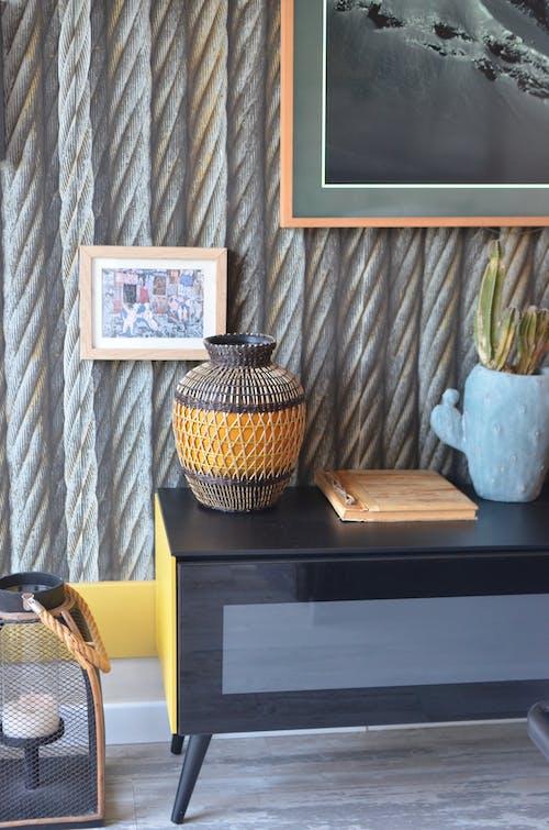 棕色和黑色陶瓷花瓶棕色木製的桌子上