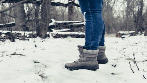 Foto stok gratis alas kaki, jeans biru, kedudukan