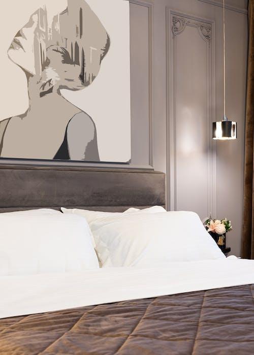 검은 나무 문 근처 흰색 침대 시트