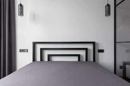 Porte En Bois Noir Près Du Mur Blanc
