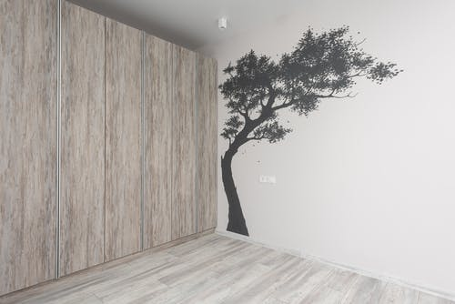 Mur En Bois Brun Près De L'arbre Vert