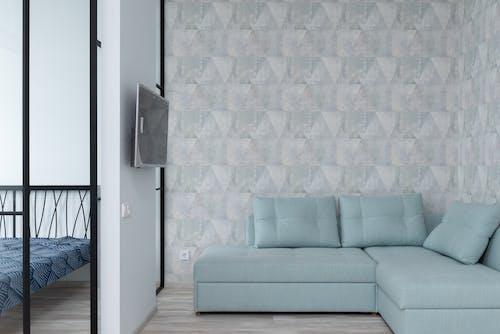 Canapé Gris à Côté Du Mur Blanc Et Bleu