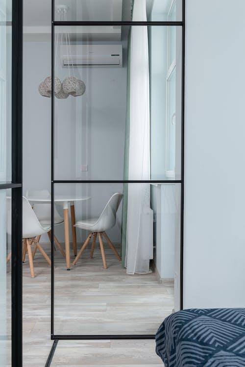 白色木框玻璃門